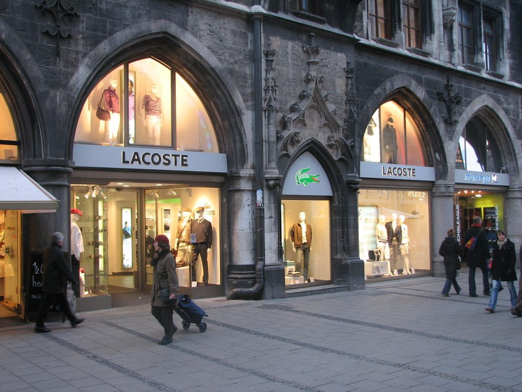 1280px-Lacoste_store-1024x768
